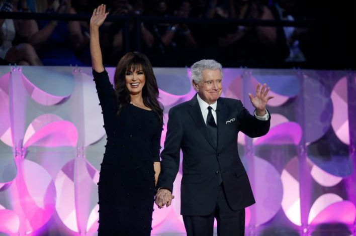 Imagen de archivo de Marie Osmond y Regis Philbin saludando desde el escenario de la edición 42 de la entrega anual de los Premios Daytime Emmy en Burbank, California, Estados Unidos. 26 de abril, 2015.  REUTERS/Danny Moloshok/Archivo