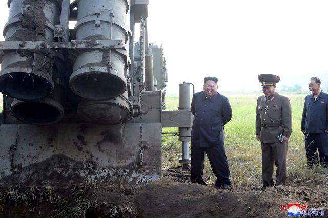 Kim Jong-un al lado del lanzador múltiples de cohetes.