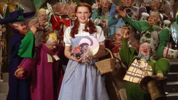 Judy Garland junto a los Munchkin