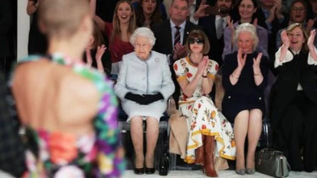 La reina Isabel II de Gran Bretaña, acompañada por la periodista y editora británico-estadounidense Anna Wintour, y la modista real, Angela Kelly, ven el desfile del diseñador británico Richard Quinn, en la Semana de la Moda de Londres en el centro de Londres el 20 de febrero de 2018