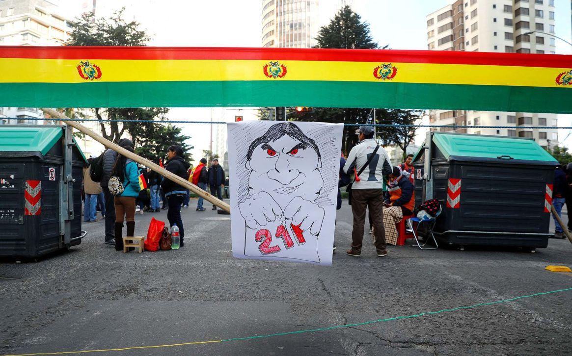Opositores a Evo Morales cortan una calle de La Paz