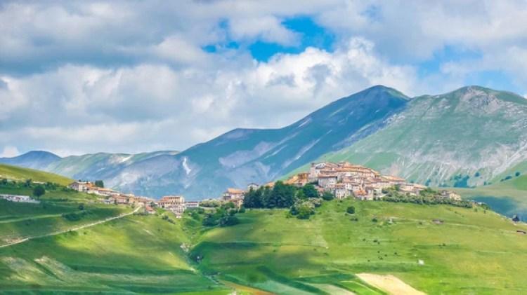 Tiene menos de 200 habitantes y está rodeado de montañas (Getty)
