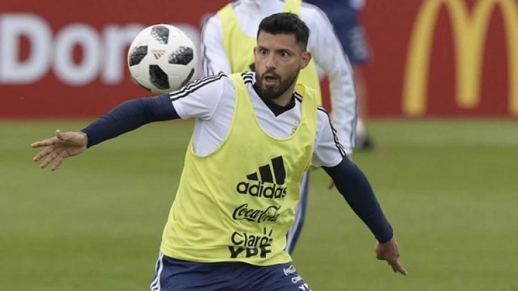 Sergio Agüero aventaja a Gonzalo Higuaín para ser el 9 ante Islandia (AFP)