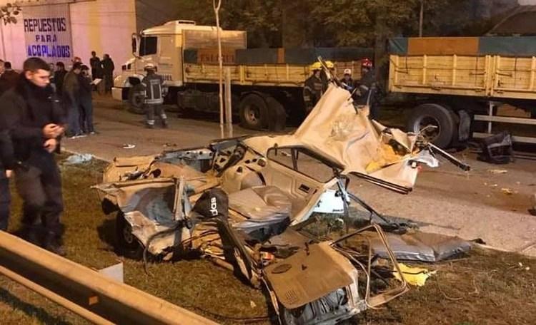 Los restos del auto en el que viajaban los cinco adolescentes: cuatro fallecieron y una está internada en grave estado