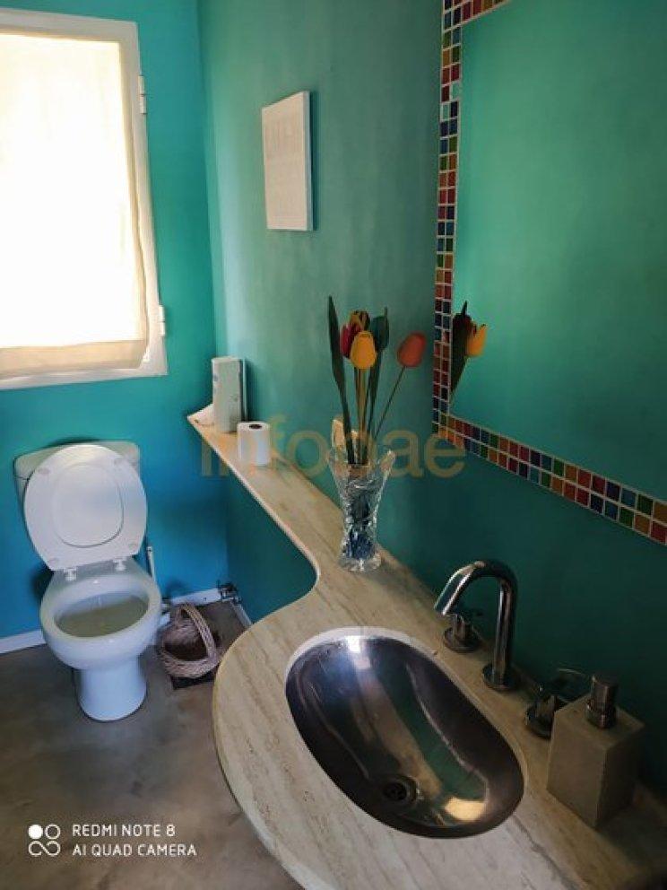 Uno de los baños de la propiedad. El de planta baja es completo, con ducha y bañera. En la planta alta hay una habitación en suite