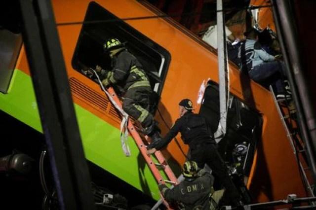 Rescatistas trabajan en el sitio donde un paso elevado del metro colapsó parcialmente con vagones del tren en la estación de Olivos en Ciudad de México. 3 de mayo de 2021. REUTERS / Luis Cortés