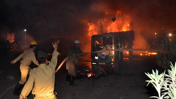 Bomberos pakistaníes luchan para extinguir el incendio en Quetta (AFP)