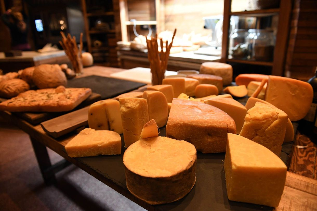 En el restaurante, los comensales valoran la mesa de quesos y panes y el chipá relleno con una especie de volcán de huevo. Para los más audaces: el carpaccio de lomo