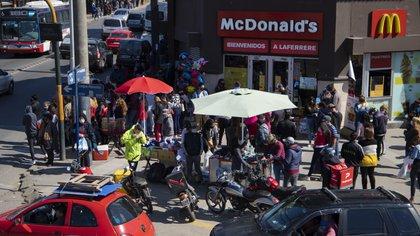 Los locales de comida sólo pueden trabajar con la modalidad delivery y take away. Ello no evita la aglomeración frente a los negocios, con poca o nula distancia social