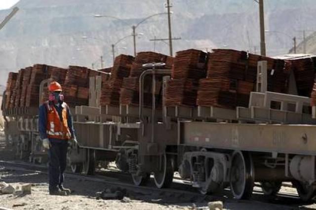 Un trabajador supervisa un cargamento con cátodos de cobre en la mina de Chuquicamata, cerca de la ciudad de Calama, norte de Chile, el 1 de abril de 2011. REUTERS/Ivan Alvarado