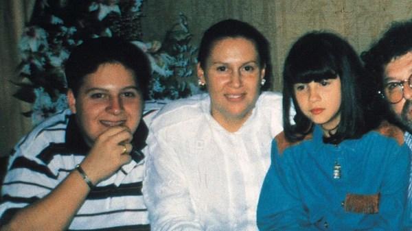 Los dos hijos de Escobar con la madre