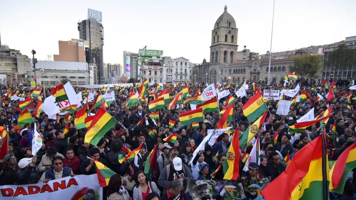 A una semana de las elecciones en Bolivia, Evo Morales reflota el temor al FMI y masivas marchas resisten su polémica candidatura