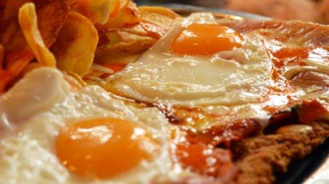 Con papas y coronada con dos huevos fritos, una de las históricas formas de consumo