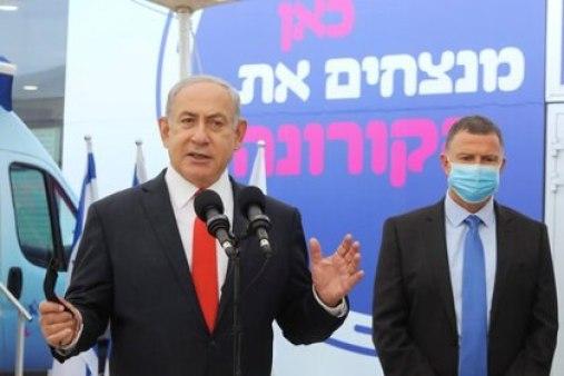 El primer ministro israelí, Benjamin Netanyahu, y el ministro de Sanidad, Yuli Edelstein, visitan el complejo de vacunas COVID-19 de Maccabi Healthcare Services en Tel Aviv, Israel