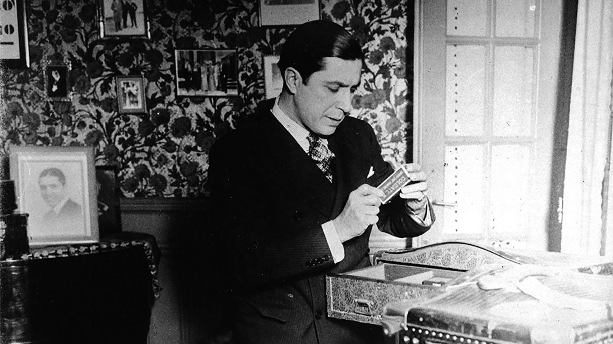 Carlos Gardel junto a sus pertenencias en la casa del barrio del Abasto. Fue tal el amor que tuvo por la vivienda que grabó la dirección en una pulsera que llevó hasta el momento de su muerte. (Archivo Museo Casa Carlos Gardel)