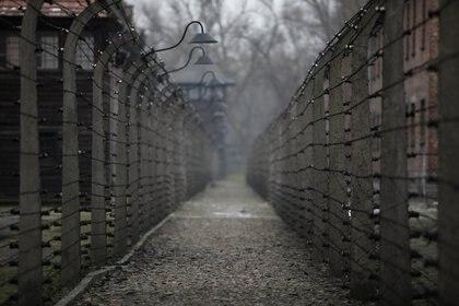 Cerca de alambre de púas en el antiguo campo de concentración y exterminio alemán nazi de Auschwitz, en Oswiecim, Polonia, el 25 de enero de 2021. Fotografía tomada el 25 de enero de 2021. REUTERS / Kacper Pempel