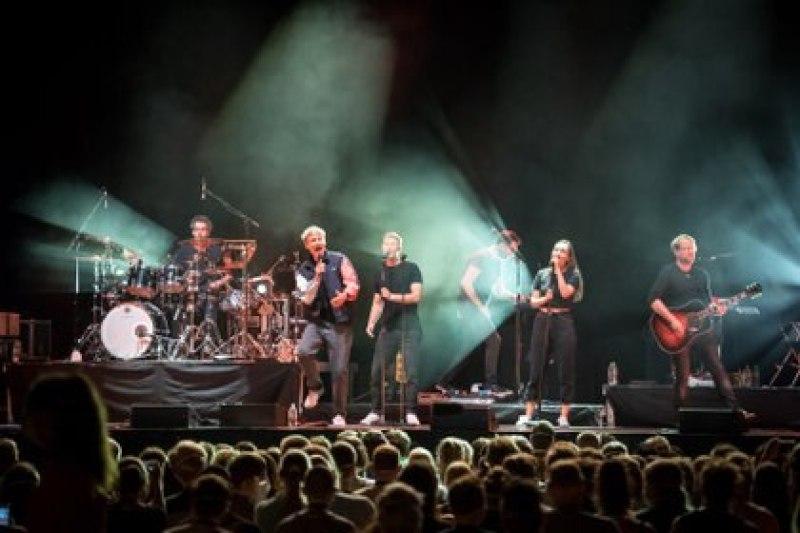 El cantante de pop Tim Bendzko se presenta en el Quarterback Immobilien Arena en Leipzig, Alemania, para un estudio sobre el coronavirus y eventos en vivo, el 22 de agosto pasado (Gordon Welters / The New York Times)