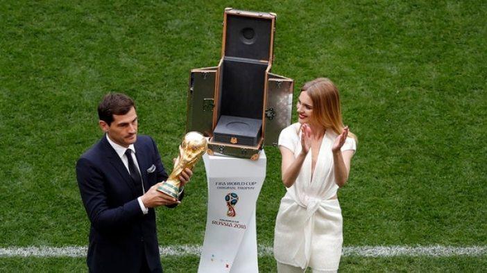 Iker Casillas fue el encargado de presentar el trofeo junto a la modelo Natalia Vodiónova (AP)