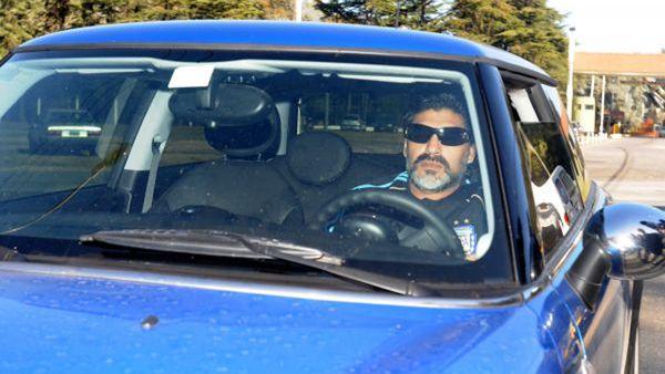 Diego Armando Maradona, a bordo de su Mini Cooper, cuando dirigía a la selección argentina