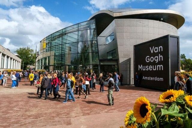 Con girasoles en las afueras, el museo Van Gogh en Amsterdam es donde se reúnen más turistas para ver sus características obras