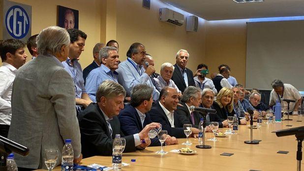 Héctor Daer, con el micrófono, encabeza la reunión de secretarios generales de la CGT con la presencia del presidente electo Alberto Fernández.