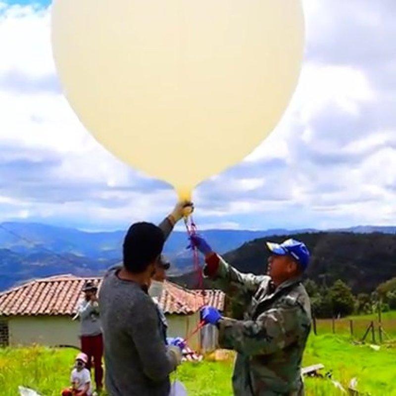 Momentos antes de lanzar el globo meteorológico hacia al atmósfera.