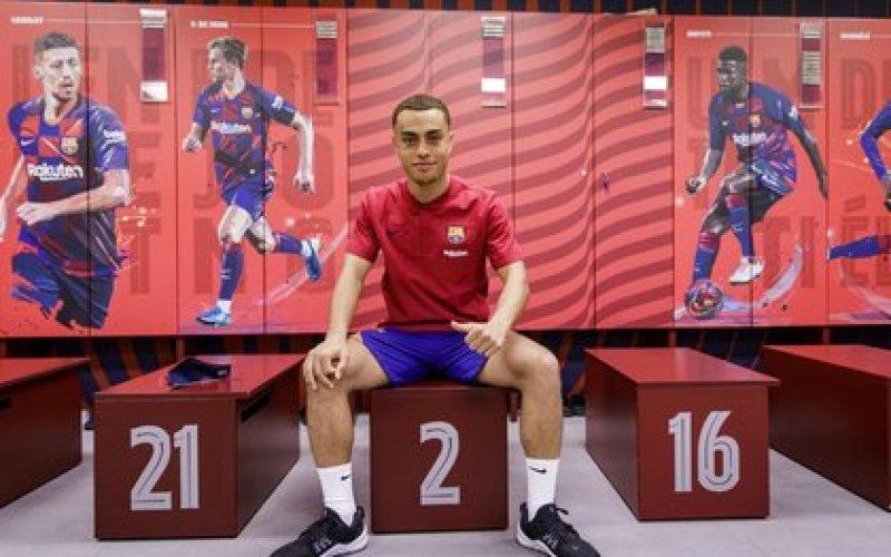 Sergiño Dest en el vestuario del FC Barcelona, donde firmó un contrato hasta junio de 2025 (FC BARCELONA)