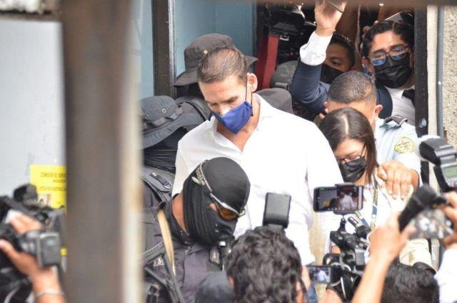 El ex alcalde de San Salvador y reciente asesor de la OEA Ernesto Muyshondt escoltado por la Policía