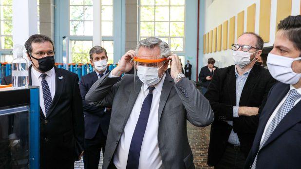 Alberto Fernández visitó el Museo Malvinas y Educar SE, adonde se fabrican máscaras de protección contra el coronavirus