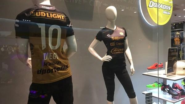 La tienda oficial de Dorados en Culiacán reporta bajas ventas de la camsita especial con el 10 y el nombre de Maradona