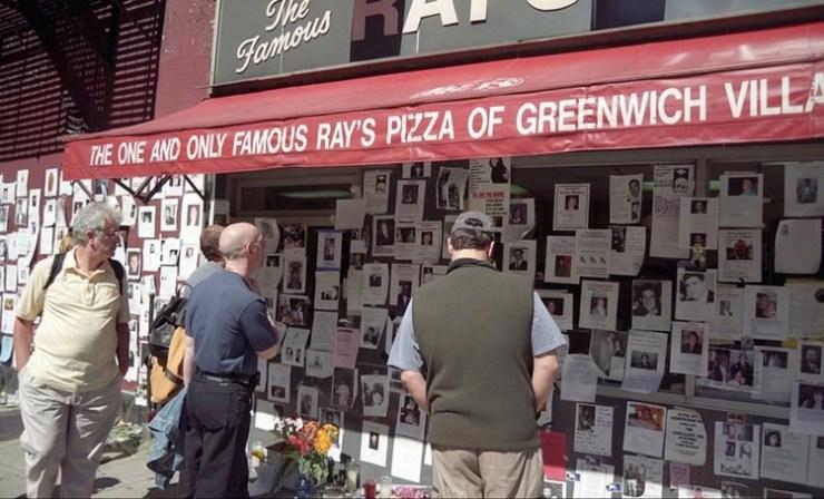 Ciudadanos miran los cientos de carteles de personas desaparecidas en el atentado a las Torres Gemelas (Foto: Emyl Chynn)