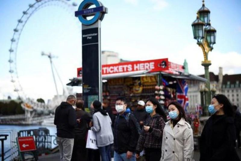 Imagen de archivo de personas con mascarilla paseando por el puente de Westminster en Londres, Reino Unido. 22 octubre 2020. REUTERS/Henry Nicholls