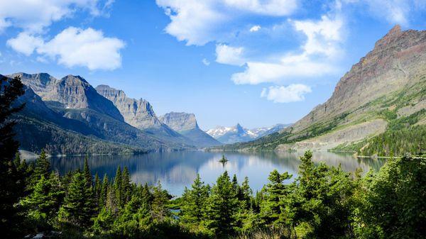Lagos de aguas cristalinas, bosques infinitos, y cientos de especies de animales lo convierten en un espectáculo visual impresionante (iStock)
