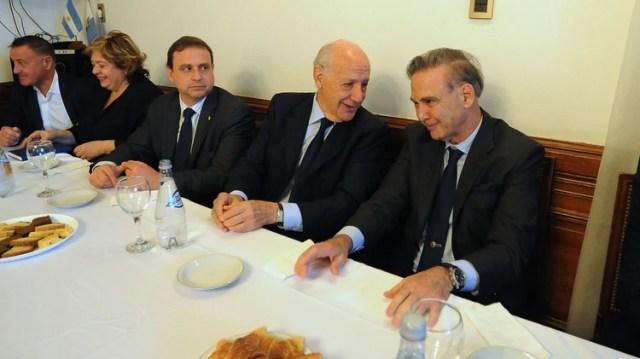 El economista junto a Miguel Pichetto y los senadores del PJ, a los que les explicó sus intenciones en el terreno electoral