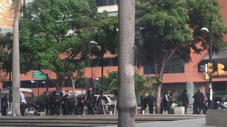 Funcionarios policiales en la avenida Francisco de Miranda, en el municipio Chacao, a unos pocos metros de la plaza Juan Pablo II
