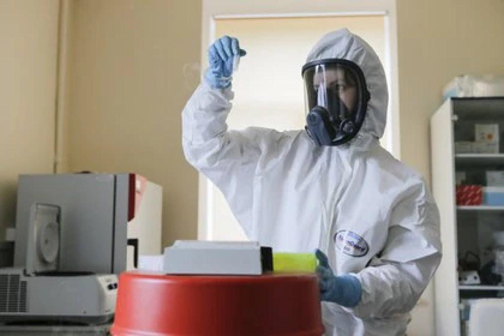 Una investigadora trabajando en el laboratorio de la vacuna rusa contra el coronavirus Sputnik V