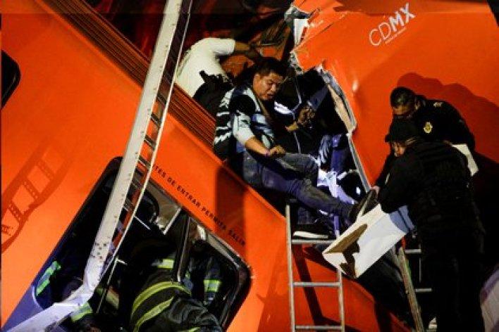 Los rescatistas trabajan en el lugar del accidente. Ciudad de México, el 3 de mayo de 2021. Fotografía tomada el 3 de mayo de 2021 (Reuters/ Luis Cortés)