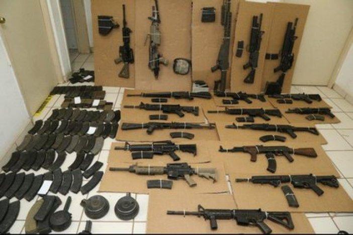El arsenal decomisado luego del enfrentamiento entre civiles armados y la Guardia Nacional (Foto: Twitter/Mtro_CCastaneda)