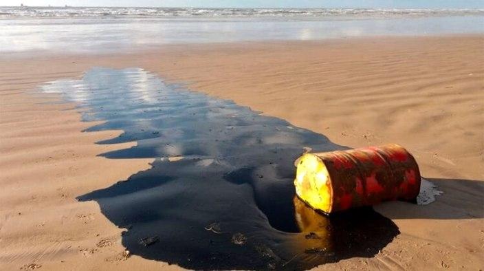 Un barril de petróleo derramado en una playa en el municipio de Barra dos Coqueiros, estado de Sergipe (AFP)