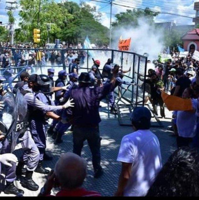 Manifestantes intentan derribar el vallado que los separa de la gobernación
