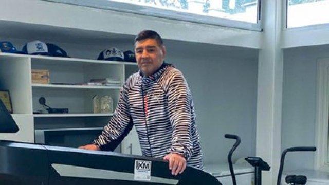 Diego trabaja en la cinta en su nueva casa en un barrio privado ubicado en Brandsen