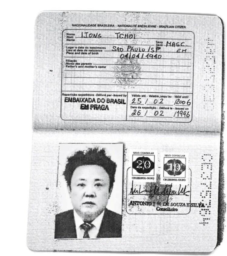 Una copia escaneada del pasaporte usado por el fallecido dictador norcoeano Kim Jong-il, padre de Kim Jong-un (REUTERS)