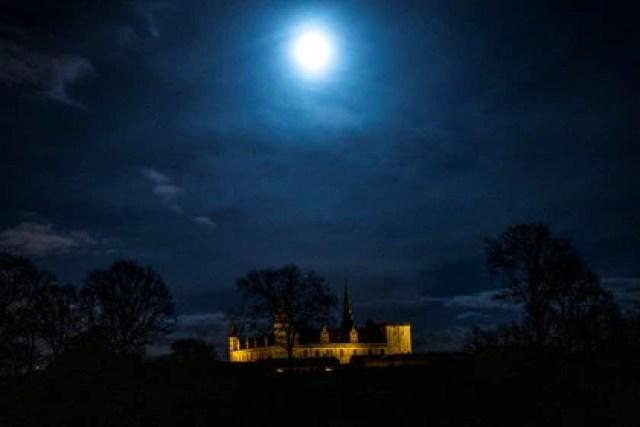 Vista del Castillo de Kronborg antes de que se apaguen las luces en Elsinore, Dinamarca,