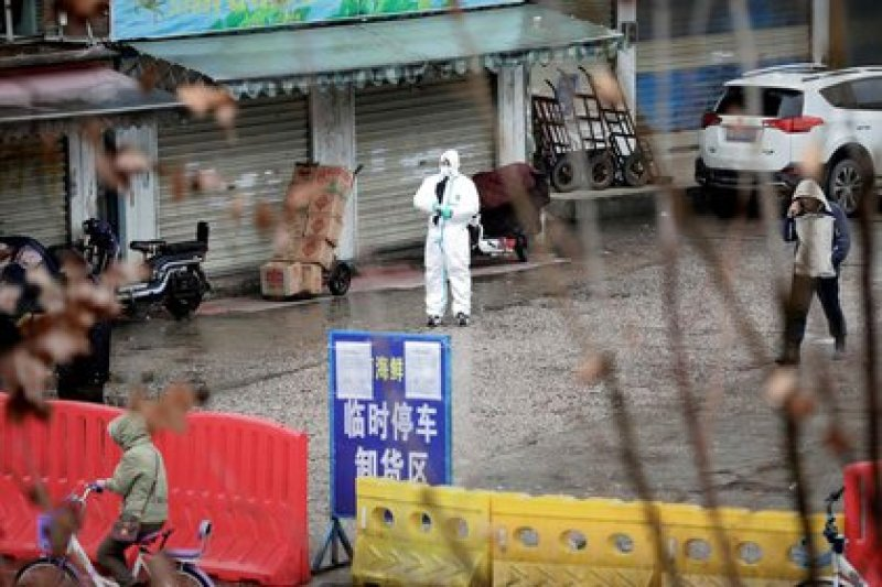 A worker in protective suit at the closed seafood market in Wuhan, the place where the outbreak is believed to have started, on January 10, 2020. REUTERS / Stringer