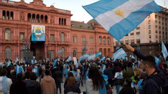 Muchas personas se agruparon en la puerta de la Casa Rosada (Nicolás Stulberg)