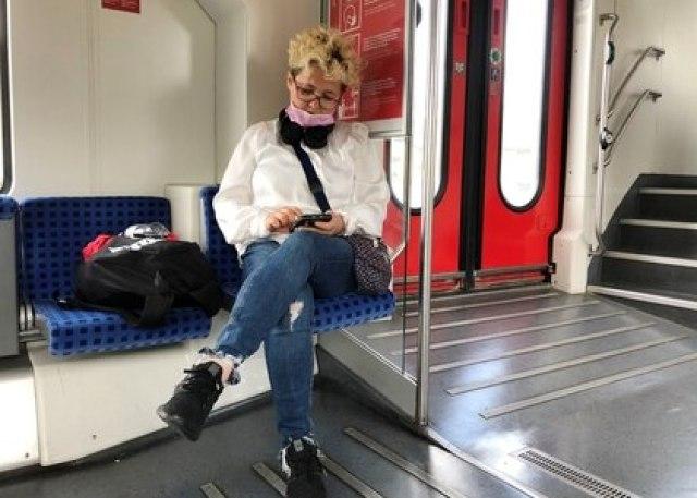 Una mujer revisa su teléfono en un tren regional alemán, el 10 de junio de 2020 (Reuters/ Gabriela Baczynska)