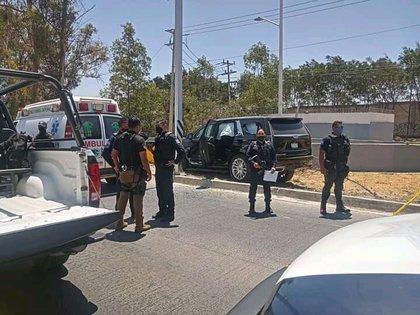 La camioneta en la que se transportaba la familia fue encontrada contra un muro de contención y alrededor de 25 impactos de bala (Foto: Twitter / @jaliscorojo)