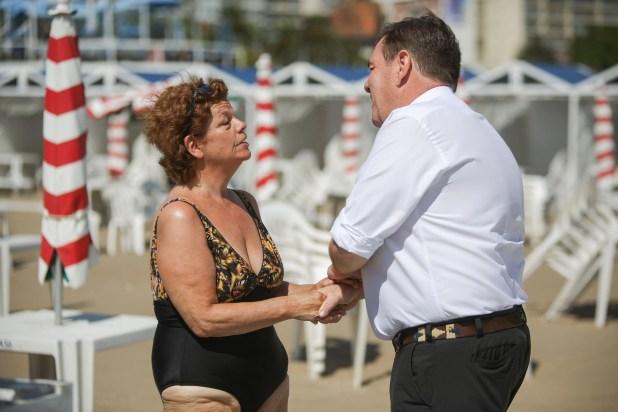 El intendente hace anotar teléfonos a su equipo ante algunas de las consultas que espontáneamente surgen durante las fotos en las playas del Torreón