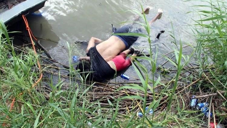 Una bebé y su padre, ambos de El Salvador, murieron ahogados al intentar cruzar el Río Bravo (Foto: EFE)