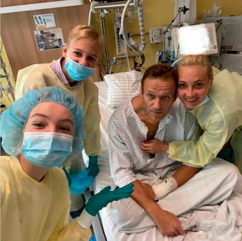 Navalni y su familia en el hospital de Berlín (EFE/EPA/ALEXEI NAVALNY HANDOUT)